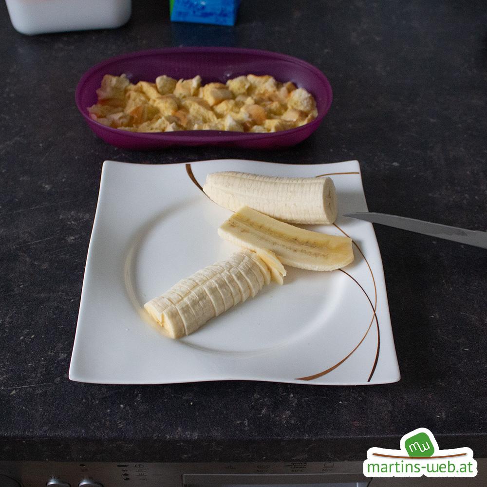 Banane in kleine Stücke schneiden