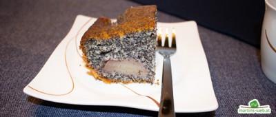 Mohnkuchen mit Rotweinbirnen