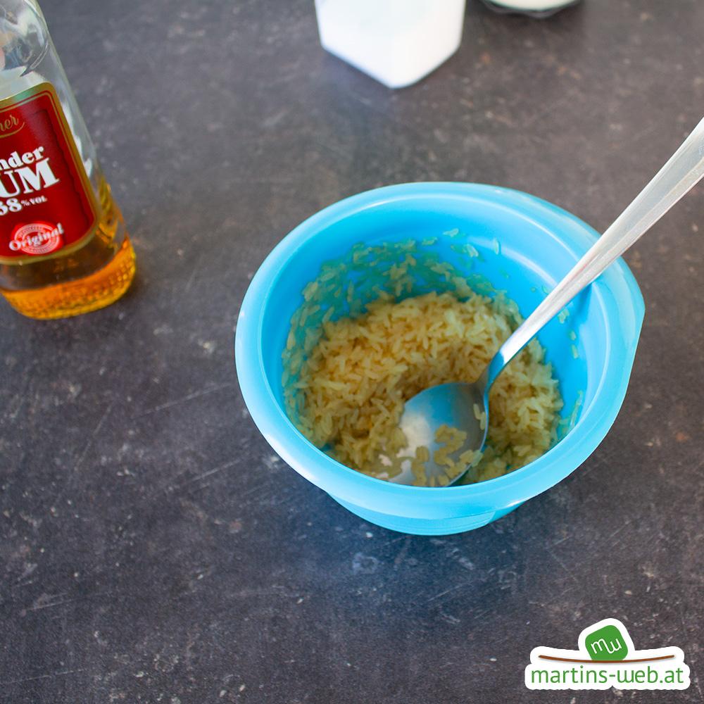 Reis mit Rum vermengen