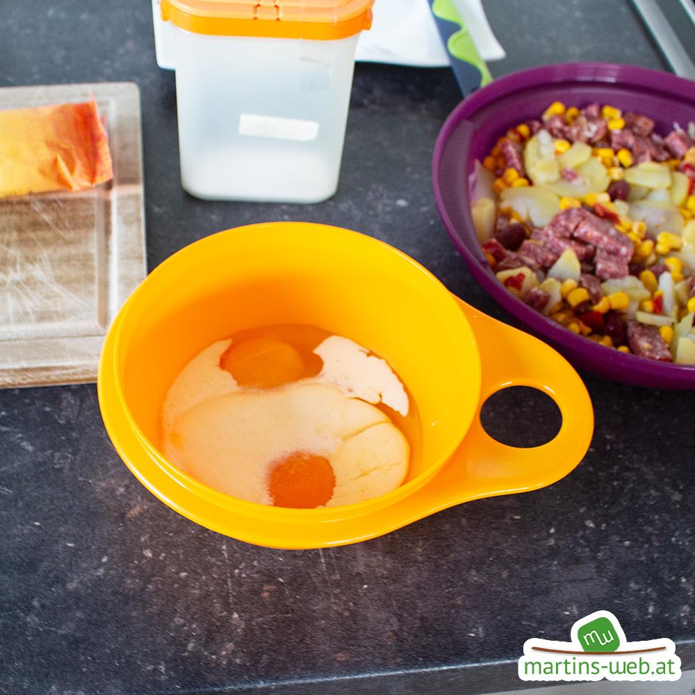 Ei mit Schlagobers und Salz dazugeben