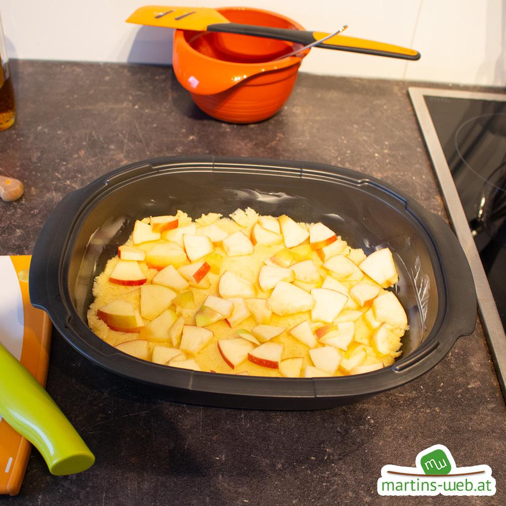 Grieß-Masse und Apfelstückchen in den befetteten UltraPro geben