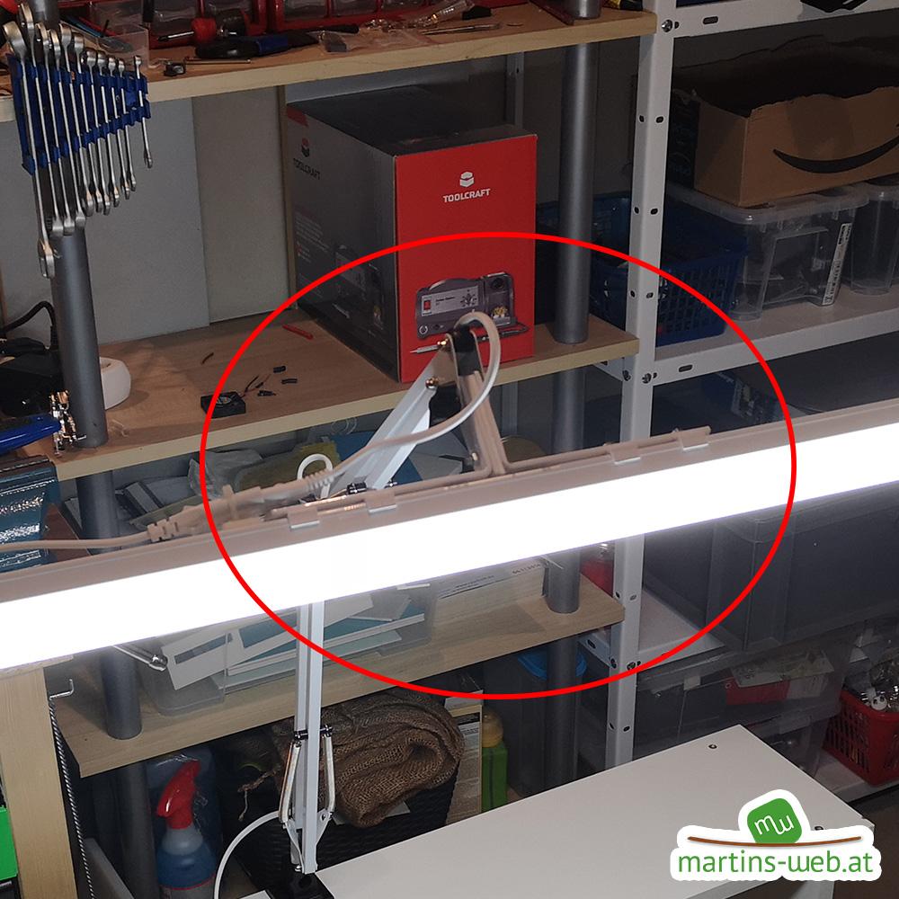 LED-Röhre mit 2 Winkeln fixiert