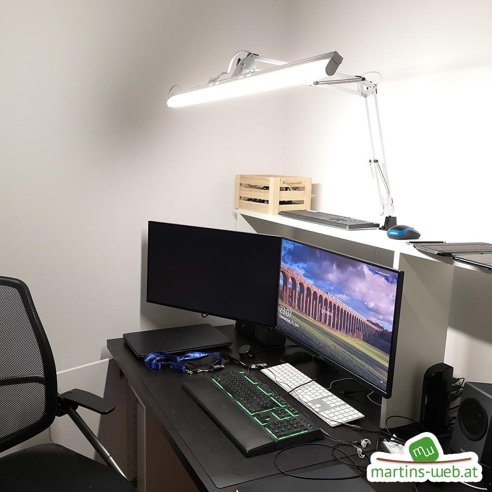 Schreibtisch mit großer Schreibtischlampe