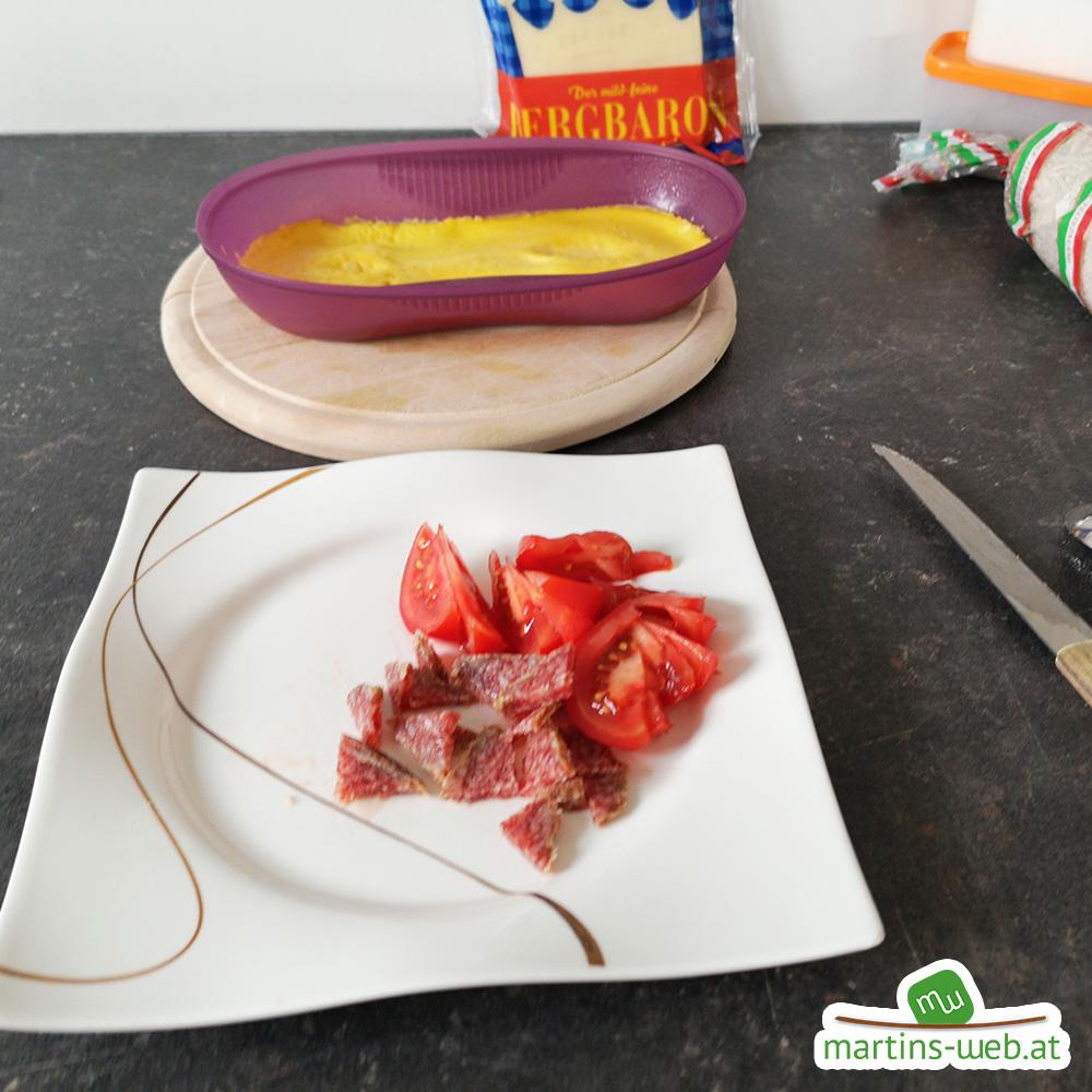 Salami und Tomaten klein schneiden