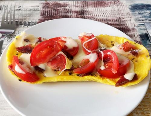 Würziges Tomaten-Salami-Käse-Omlett mit der Mikro