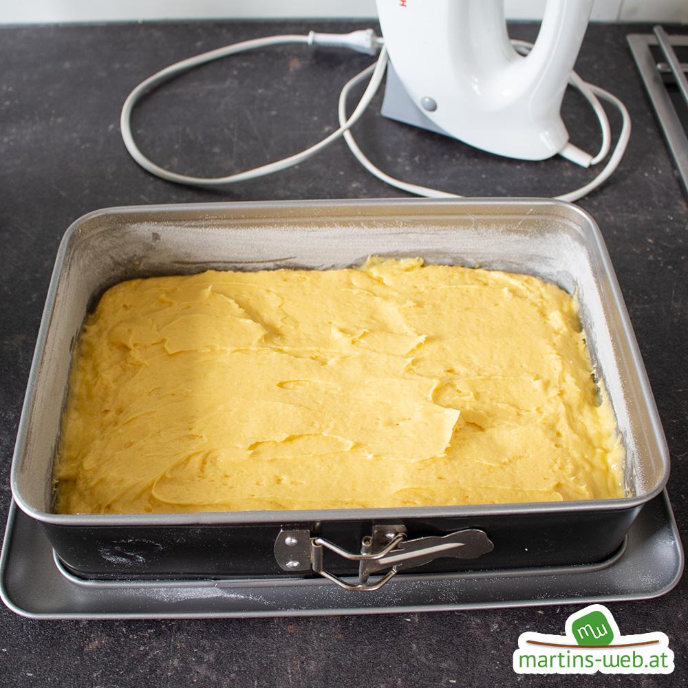 Den Teig in die Kuchenform geben
